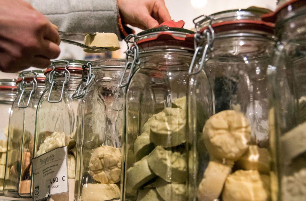 Festes Shampoo und Haarseifen – in Unverpacktläden gibt es die oft im Glasbehälter. Foto: