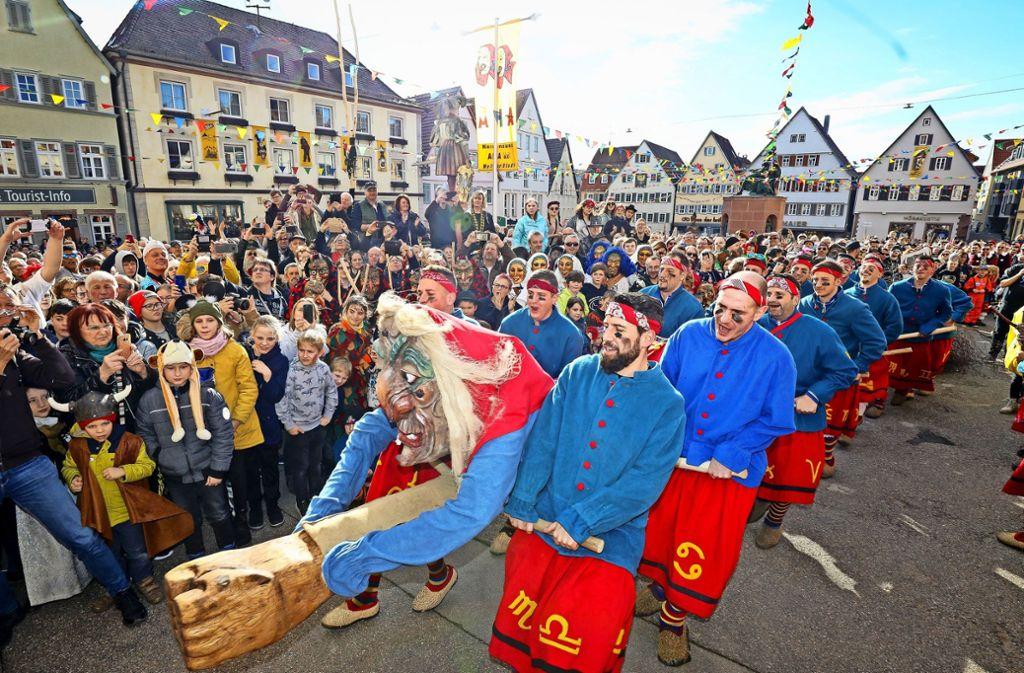 Mit vereinten Kräften und einem neuen Rammbock stürmen die Narren das Weiler Rathaus. Foto: factum/Simon Granville