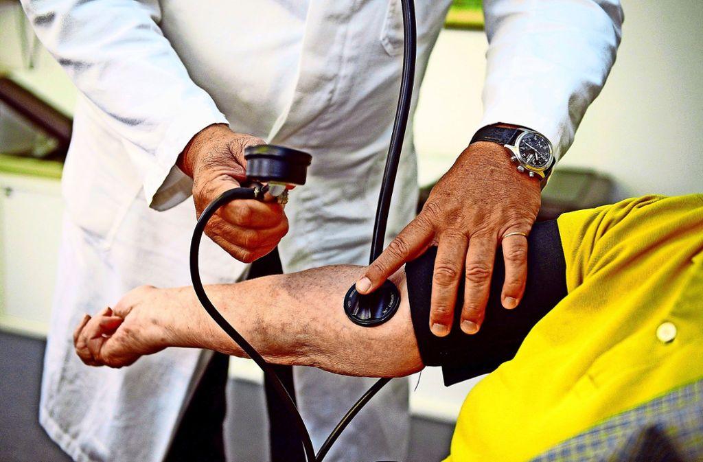 Die ärztliche Versorgung in Deutschland ist gut, könnte laut dem Krankenkassenverband GKV mit erweiterten Sprechstundenzeiten aber noch patientenfreundlicher werden. Foto: dpa