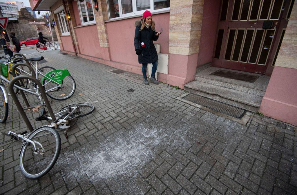 Eine Frau steht an dem Ort, an dem der mutmaßliche Attentäter Cherif Chekatt von Polizisten erschossen wurde Foto: dpa
