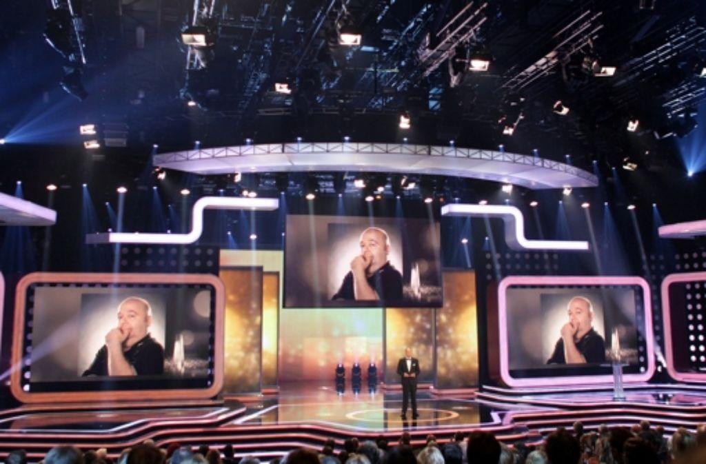 Oliver Welke ehrte den verstorbenen Schauspieler und Entertainer Dirk Bach bei der Fernsehpreis-Gala am Dienstag. Foto: dpa