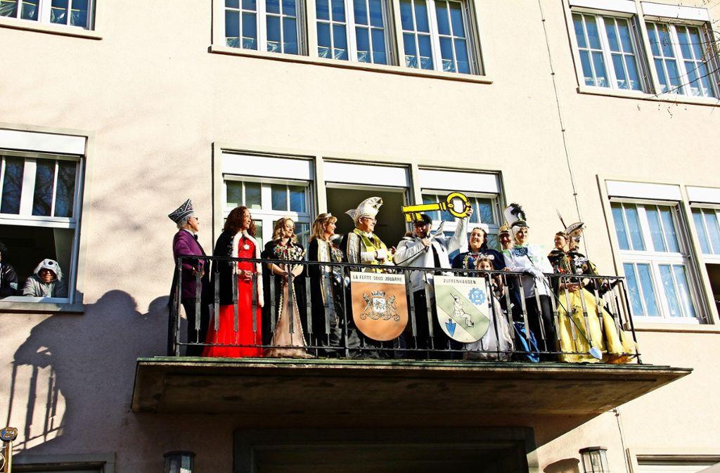 Bezirksvorsteher Gerhard Hanus musste sich am Ende geschlagen geben und den symbolischen Rathausschlüssel an die Narren abtreten. Foto: Marta Popowska