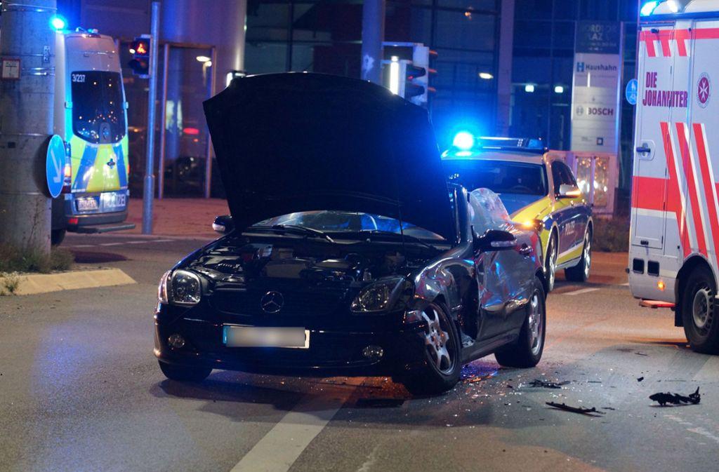 Drei Menschen zogen sich bei einem Unfall in Stuttgart Verletzungen zu. Foto: Andreas Rosar Fotoagentur-Stuttg
