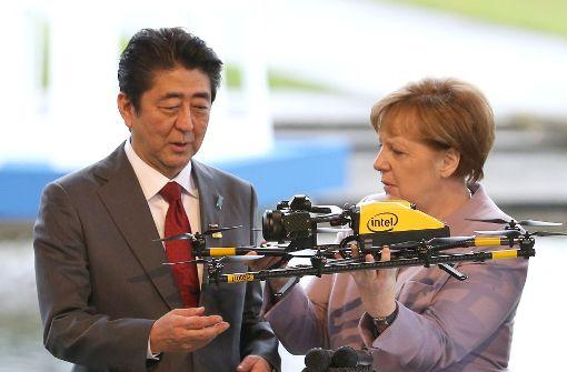 Kanzlerin Merkel eilt durch die Hightech-Welt
