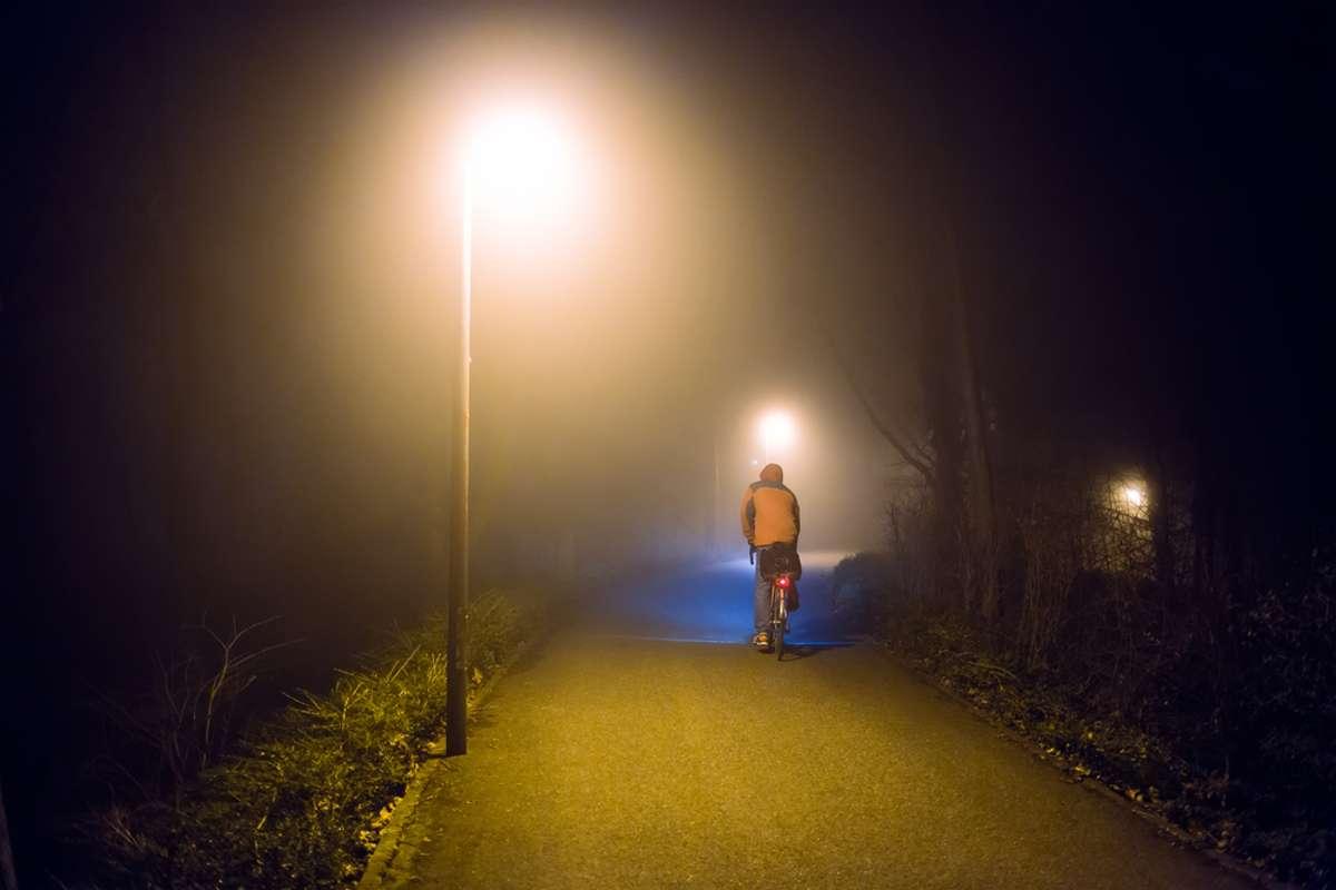 Darf man 22 Uhr noch Rad fahren? Foto: Funny Solution Studio / shutterstock.com