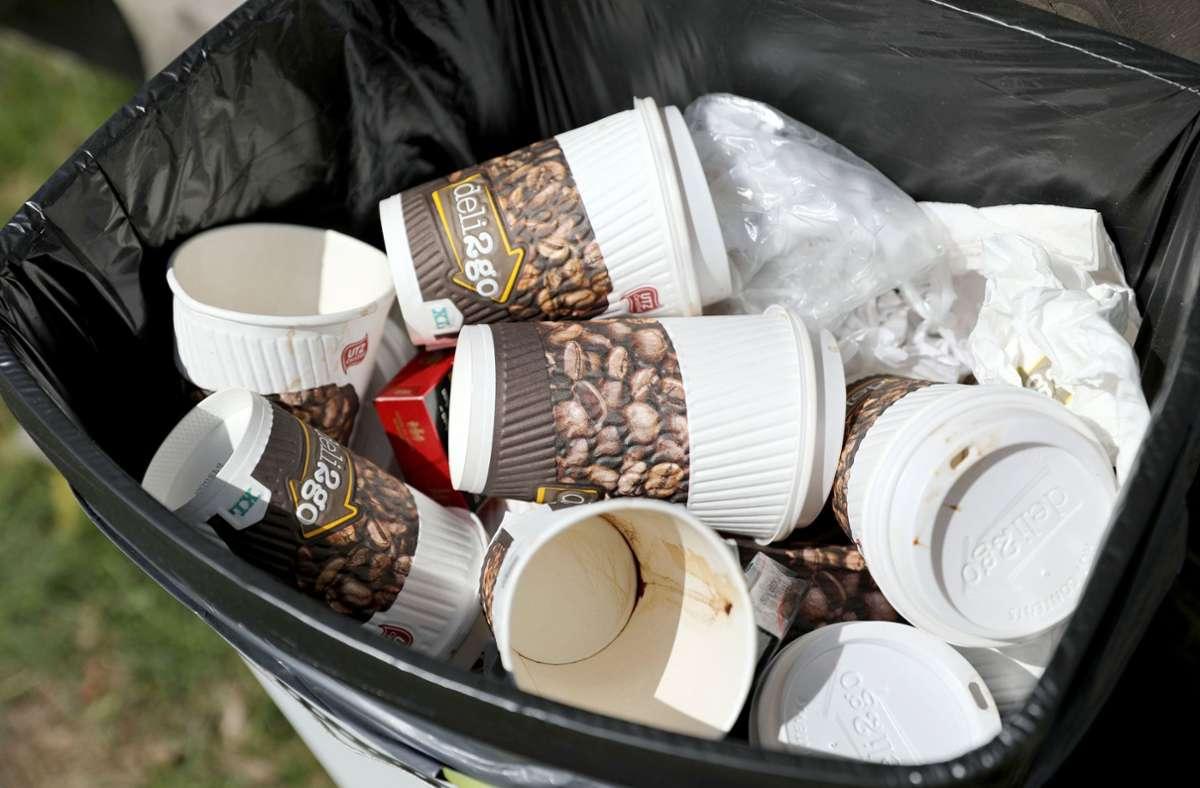 Benutzte Einweg-Kaffeebecher liegen in einem Papierkorb. Foto: Jan Woitas/zb/dpa