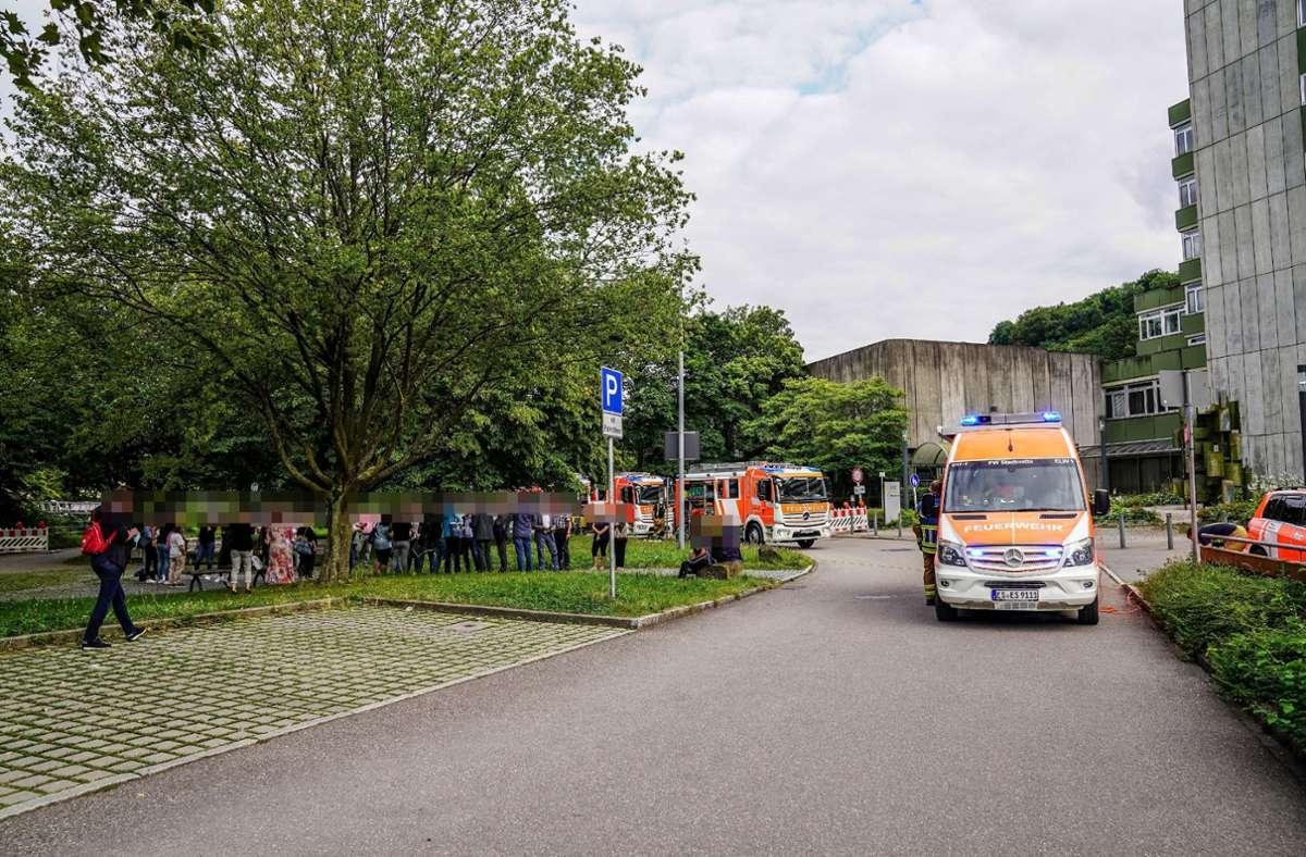 Die Feuerwehr war am Donnerstagabend mit zehn Fahrzeugen am Esslinger Landratsamt im Einsatz. Foto: SDMG/Kohls