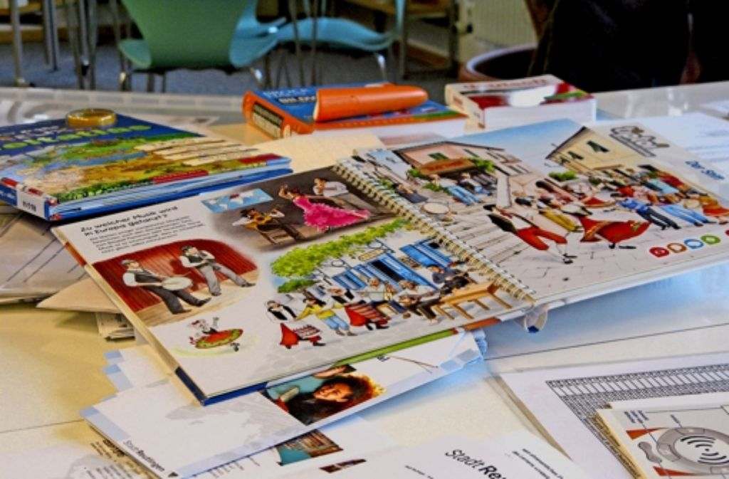 In den Zweigstellen der Stadtbücherei Reutlingen gibt es seit neuestem eine Medienkiste für Flüchtlingskinder – auch  zweisprachige Bilderbücher finden sich darin. Foto: Niko Kappel