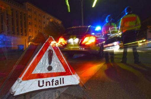 Fußgänger wird beim Überqueren der Straße von Auto erfasst