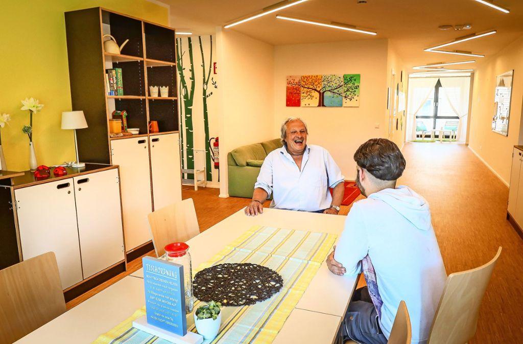 Michael Weinmann unterhält sich mit einem Schützling in der neuen Wohngruppe. Foto: factum/Simon Granville