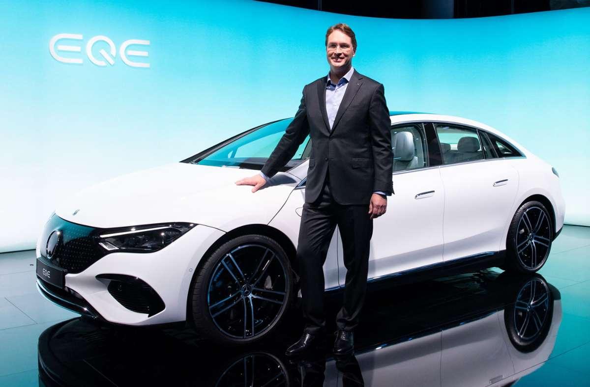 Daimler-Chef Ola Källenius präsentiert auf der IAA in München stolz die vollelektrische E-Klasse. Foto: dpa/Sven Hoppe