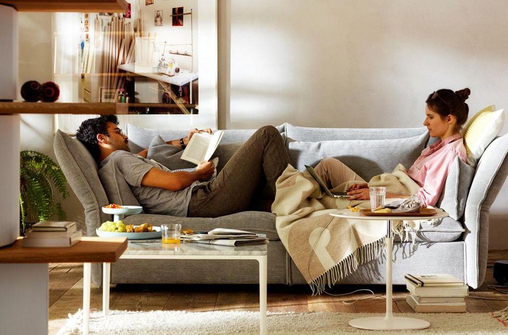 Hygge bedeutet den Alltagsstress draußen zu lassen! Sich bewusst Zeit nehmen für all die Dinge, die man gerne macht: ein spannendes Buch lesen, die Lieblingsserie schauen oder mit der besten Freundin skypen. Foto: Vitra