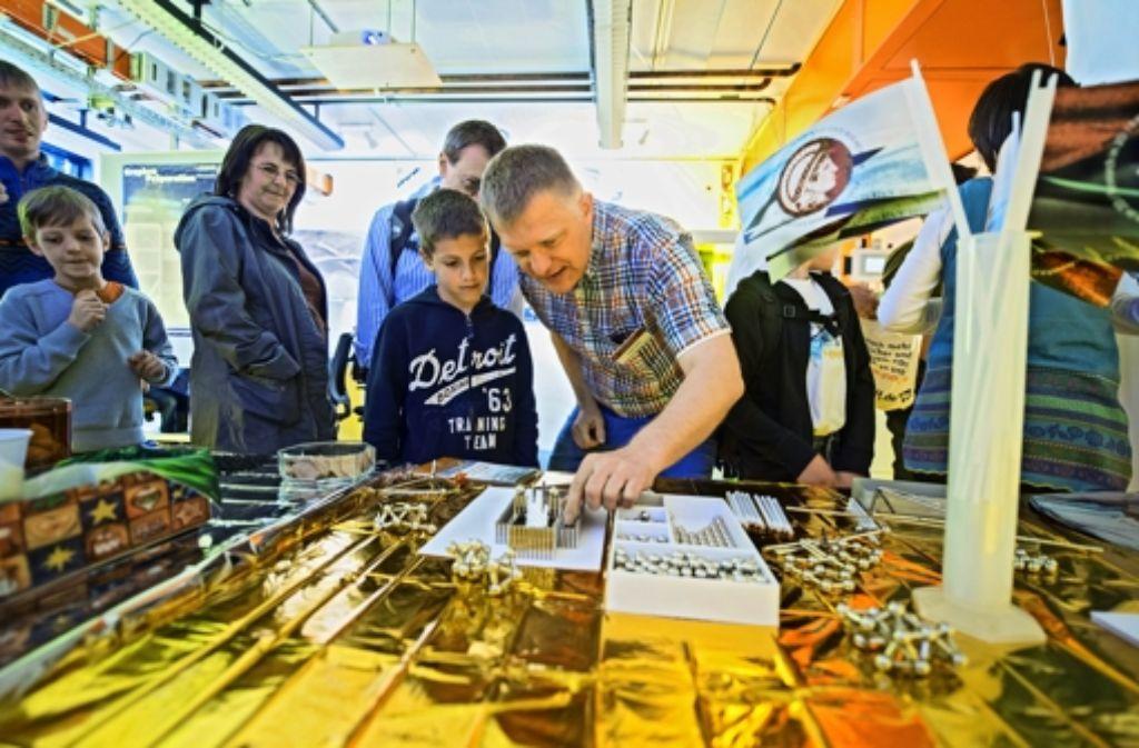 Der Forscher Jurgen Smet erklärt, was in den Laboren in Büsnau geschieht. Foto: Martin Stollberg