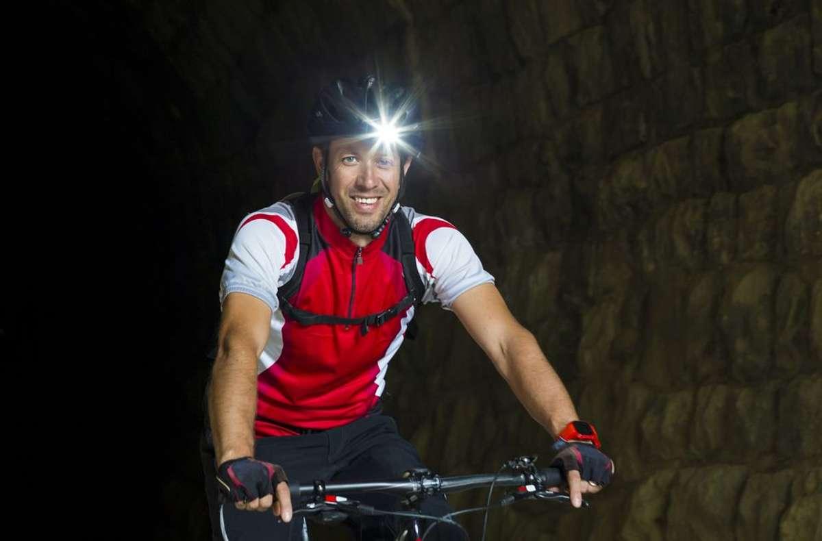 Eine gute Kombination aus Helm- und Lenkerlampe erweist bei Fahrten am späten Abend gute Dienste.  Foto: shutterstock/ moreimages