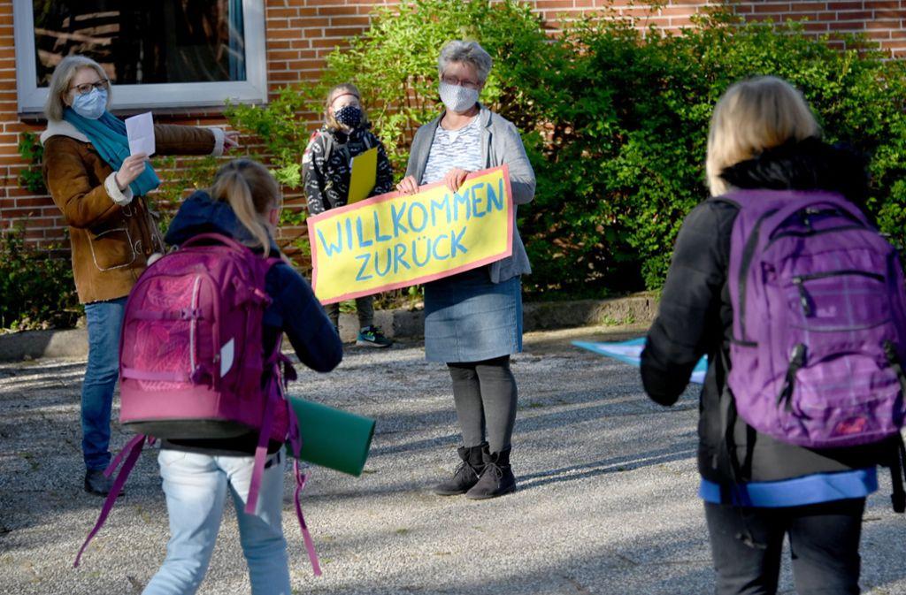 Viele Kinder freuen sich, dass sie nach langer Pause  wieder zur Schule dürfen. Foto: dpa/Carsten Rehder