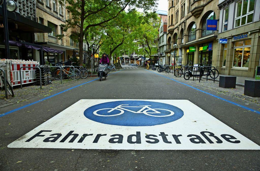 An der Eberhardstraße gelten strenge Regeln für Autofahrer. Nur Lieferverkehr ist zu bestimmten Uhrzeiten erlaubt. Behindertenparkplätze dürfen angesteuert werden. Foto: /Leif Piechowski