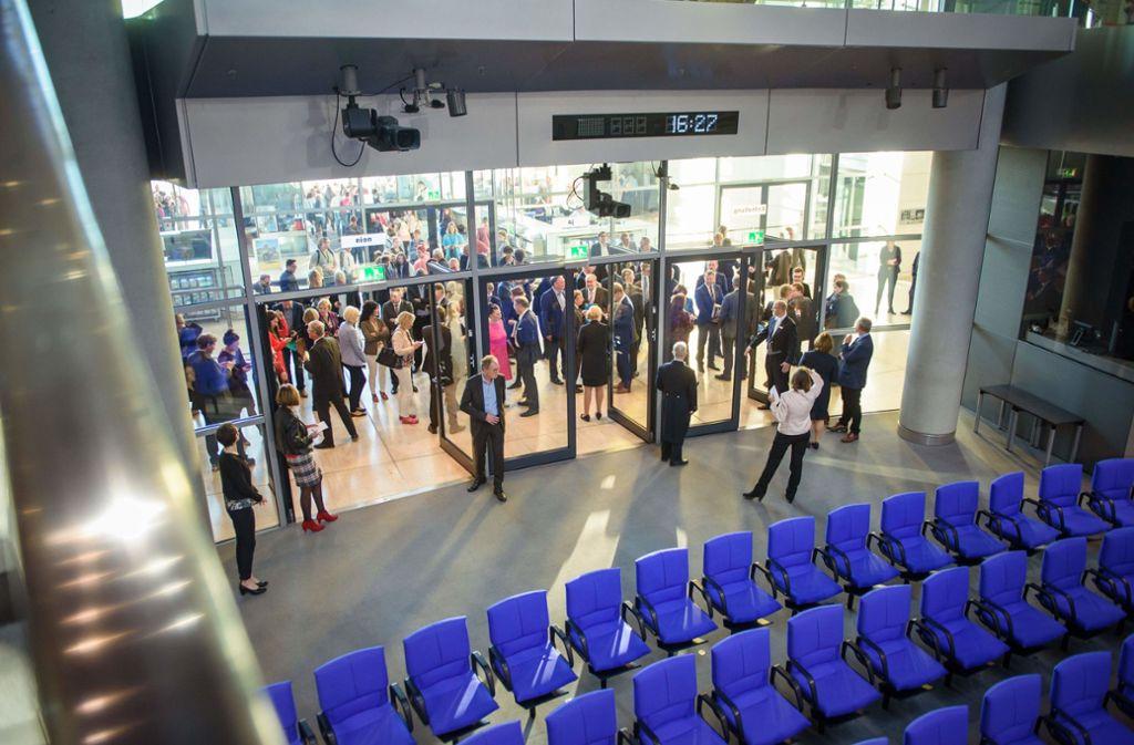 Sitzungsleiterin Petra Pau ordnete den Hammelsprung an. Foto: dpa