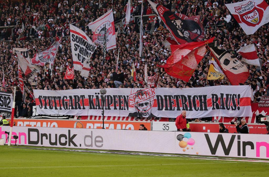 Die Proteste aus der Fankurve des VfB Stuttgart gegen den Präsidenten Wolfgang Dietrich nehmen zu. Foto: Pressefoto Baumann