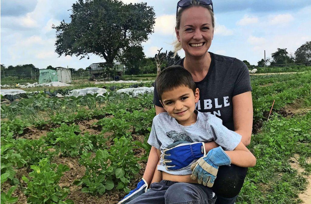 Statt im Kindergarten zu spielen, heißt es nun Unkraut jäten: Holly und Nolan Dominguez ackern  dieses Jahr zum ersten Mal auf dem Feld von Bauer Klaus mit. Foto: Julia Bosch