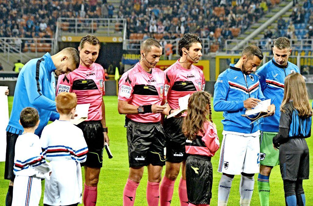 """Fußballspieler – hier von Sampdoria Genua – signieren """"das Tagebuch der Anne Frank"""" für die Einlaufkinder. Foto: AFP"""