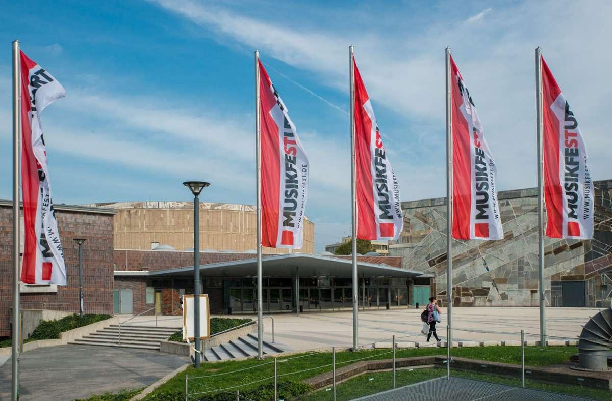Im Juni sollen vor der Liederhalle wieder die Festival-Fahnen wehen. Foto: Holger Schneider/Bachakademie