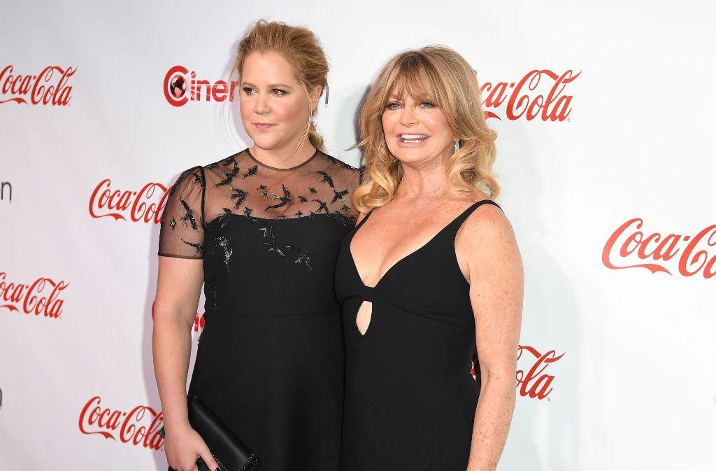 """Komikerin Amy Schumer (links) und Schauspielerin Goldie Hawn posieren gemeinsam bei der Verleihung des """"Big Screen Achievement Awards"""" in Las Vegas. Foto: AFP"""