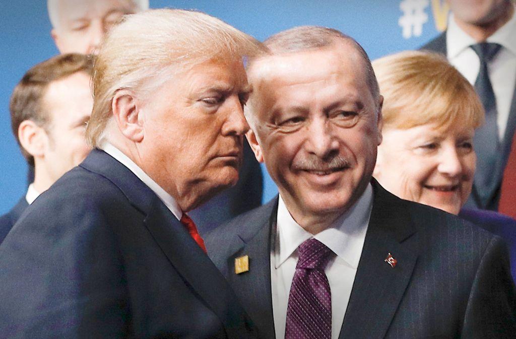 Das Verhältnis zwischen der Nato und dem türkischen Präsidenten Erdogan (oben) bleibt schwierig. Frankreichs Präsident Macron (Mitte) und US-Präsident Trump sprachen ausführlich. Und Kanzlerin Merkel musste sich keine neuen Vorhaltungen machen lassen. Foto: AFP/Ludovic Mati/Peter Nicholls, dpa/Michael Kappeler