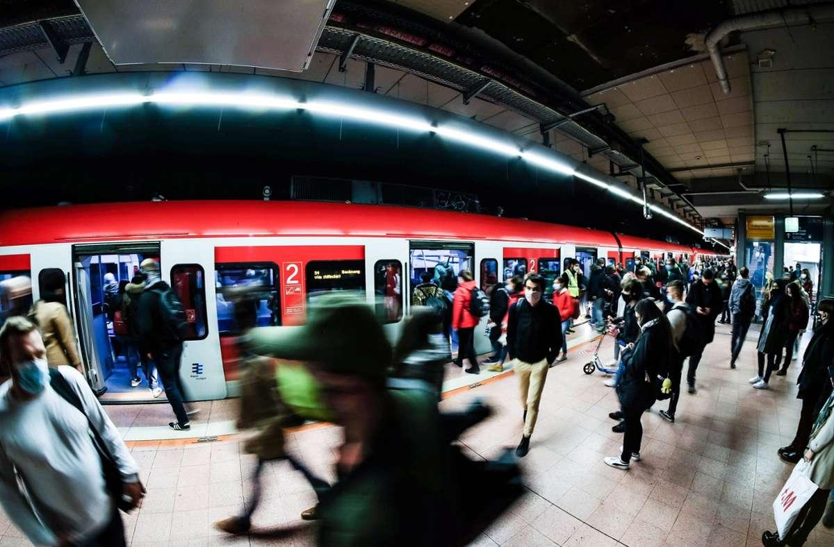 Im S-Bahnbereich des Stuttgarter Hauptbahnhofs kam es zu einem Gerangel mit mehreren Personen. (Symbolbild) Foto: imago images/Lichtgut