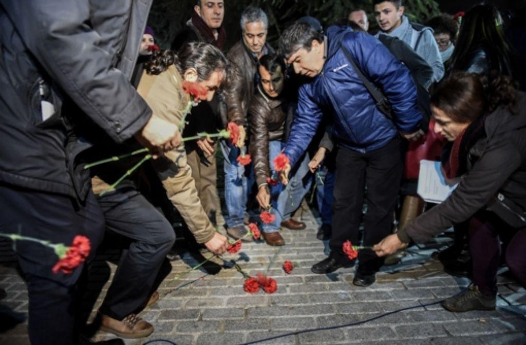 Menschen in Istanbul legen an der Stelle Blumen ab, an der am Dienstagmorgen zehn Menschen bei dem Anschlag ums Leben kamen. Foto: AFP