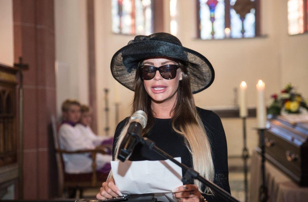 Das Model Gina-Lisa Lohfink kann trotz aller öffentlichen Häme dem Blitzlichtgewitter nicht widerstehen. In einer Kirche in Wiesbaden nahm sie an einer inszenierten Trauerfeier teil. Foto: dpa