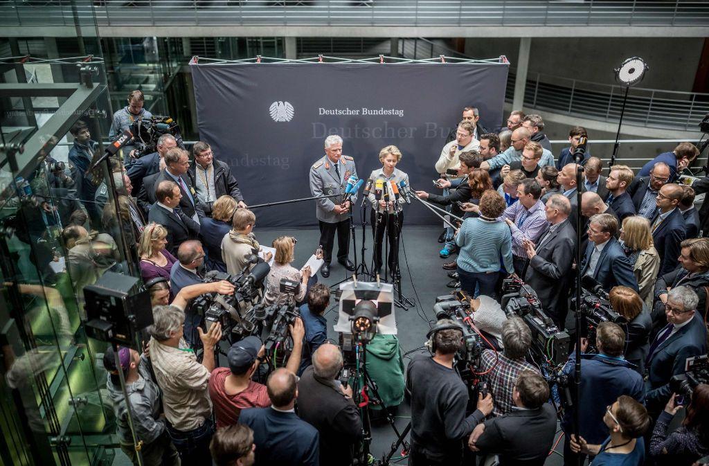 Verteidigungsministerin Ursula  von der Leyen (CDU) steht im Mittelpunkt des Interesses. Foto: