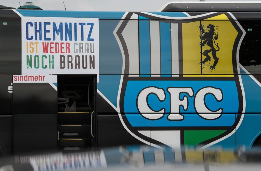 Der Chemnitzer FC hat nach den Vorfällen in der sächsischen Stadt seinen Mannschaftsbus mit Stellungnahmen gegen Rassismus und Rechtsradikalismus beklebt. Foto: dpa