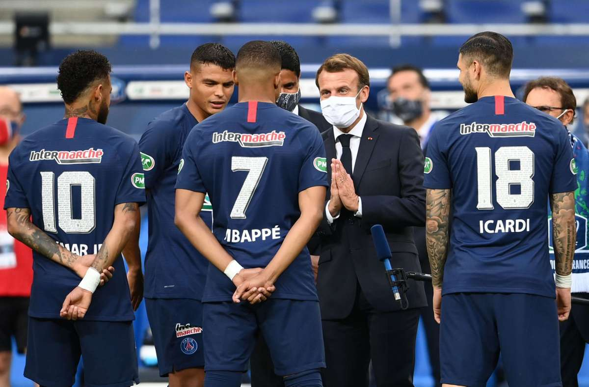 Ein Besuch bei Fußballspielen kann dem Image eines Politikers nicht schaden. Also besucht auch Präsident Emmanuel Macron die Kicker von PSG Paris und hofft, aus dem Umfragetief heraus zu kommen. Foto: AFP/FRANCK FIFE