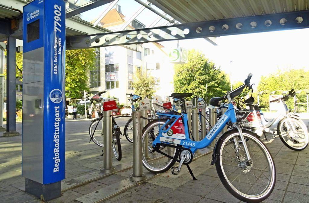 Die Leihstationen – hier in Echterdingen – erkennt man an der blauen Säule. Foto: Theresa Ritzer