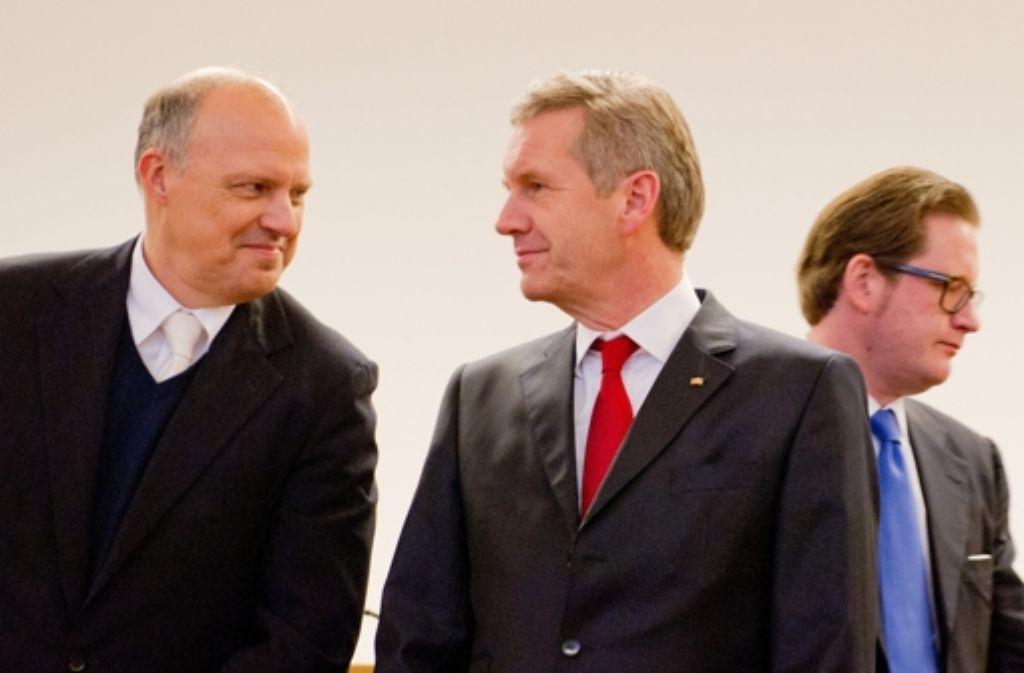 Ex-Bundespräsident Christian Wulff (Mitte) mit seinem Anwalt Michael Nagel (links) im Landgericht in Hannover (Niedersachsen). Im Hintergrund läuft der Mitangeklagte David Groenewold vorbei. Foto: dpa