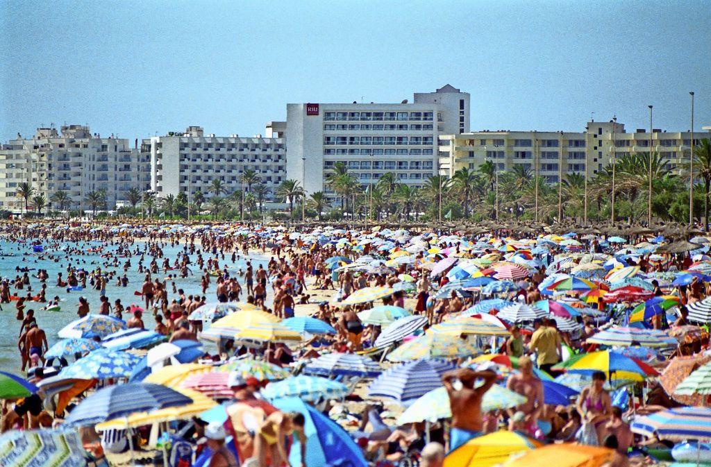 Am Strand von Cala Millor auf Mallorca kommen die Urlauber einander recht nahe. Foto: Hendrik Schwartz/Adobe Stock
