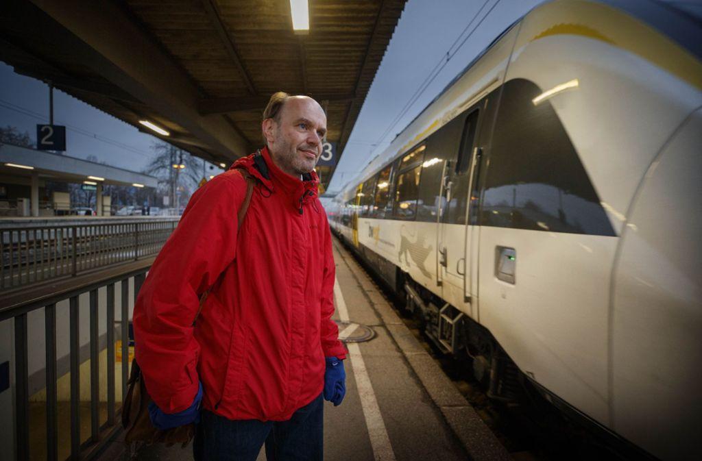 Der Abgeordnete Gernot Gruber ist viel mit der Bahn unterwegs, er dokumentiert die Zugausfälle und Verspätungen – und fordert von der Bahn Verbesserungen. Foto: Stoppel/Archiv
