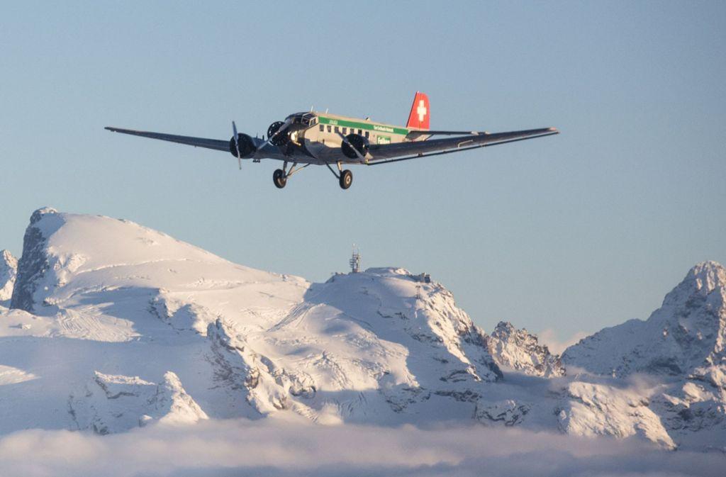 Dieses von Ju-Air zur Verfügung gestellte Foto zeigt eine Junkers JU 52 beim Flug über die Schweizer Alpen. Ein typengleiches Flugzeug der Ju Air ist am Samstag (4. August) am Piz Segnas abgestürzt. Foto: Ju-Air/dpa
