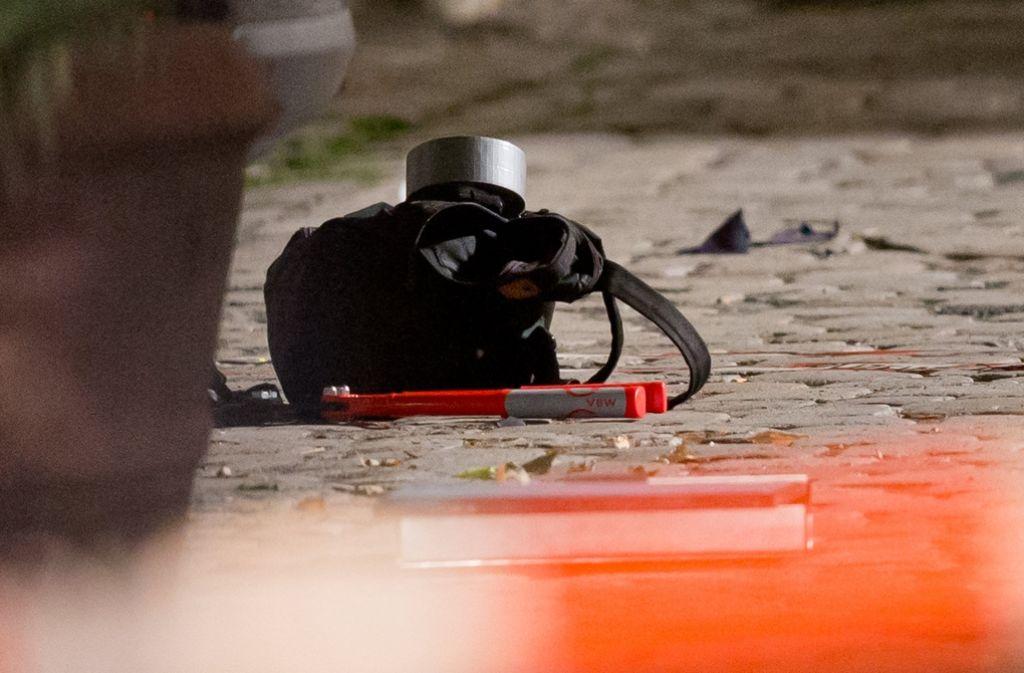 Der Rucksack eines 27-Jährigen, der zuvor einen Sprengsatz zur Explosion gebracht haben soll, liegt am am Tatort in Ansbach (Bayern). Foto: dpa