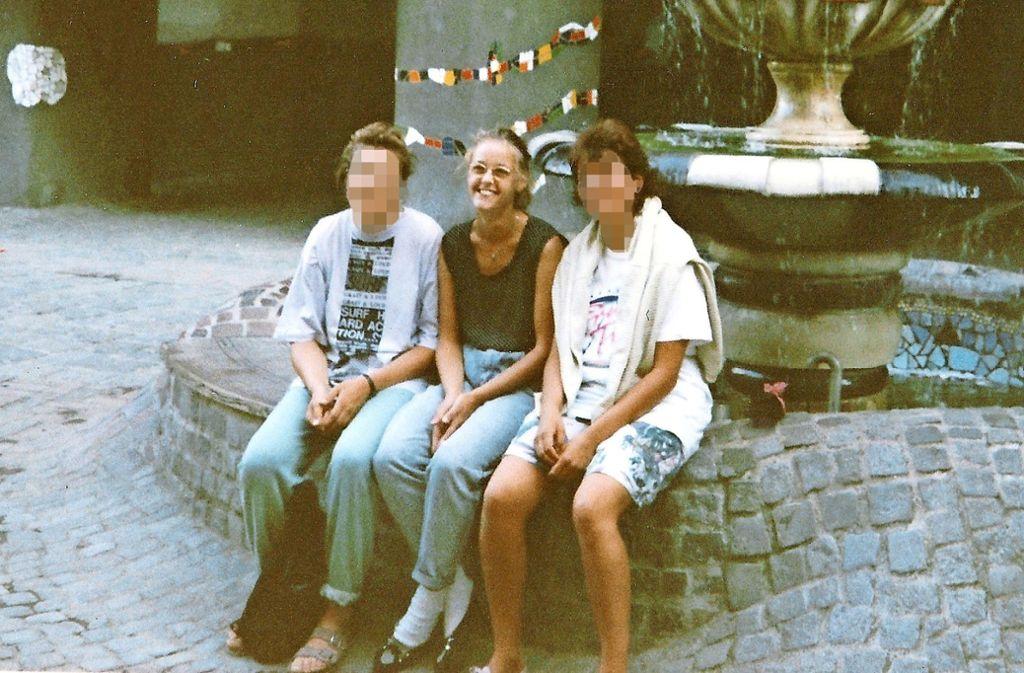 Die Erfurterin Katrin Linke (Mitte) und ihre beiden Fluchhelferinnen 1989 in Wien vor dem Hundertwasserhaus. Foto: Linke/Brensing