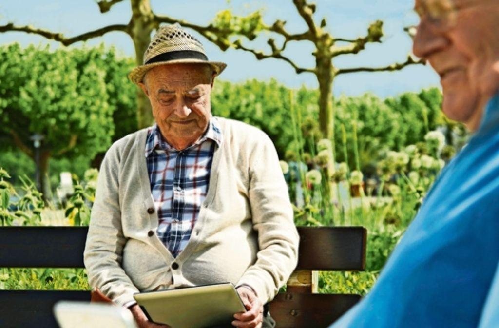 In Kirchheim kein ungewohnter Anblick mehr: Senioren nutzen Tablet-Computer. Foto: imago