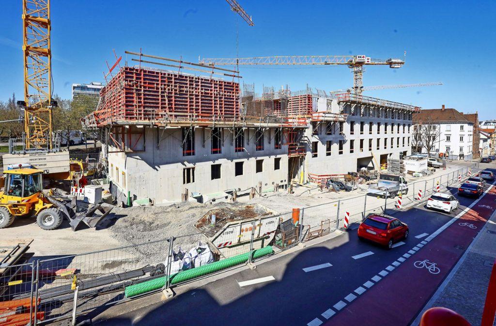 In der Ludwigsburger Solitudeallee (oben) drehen sich nach wie vor die Kräne und rackern die Bauarbeiter für ein neues Ärztehaus samt Kinderwunschzentrum. In der Ditzinger Glemsaue entsteht eine neue Sporthalle. Foto: factum/Simon Granville