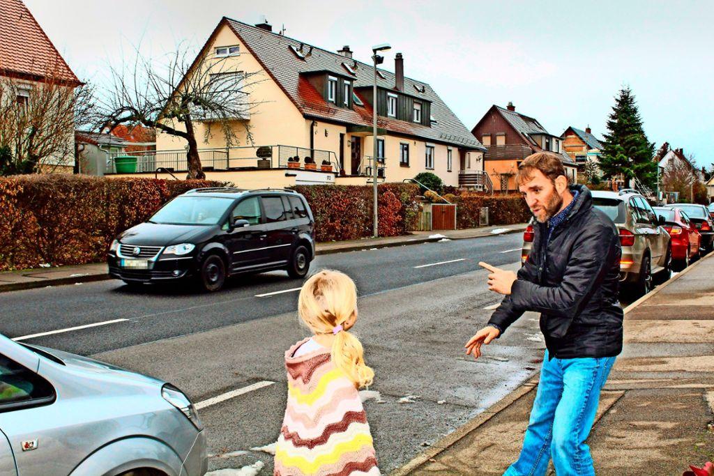Jochen Rieger erklärt seinen Kindern immer wieder, dass sie an der Hoffeldstraße sehr vorsichtig sein müssen. Foto: Tilman Baur