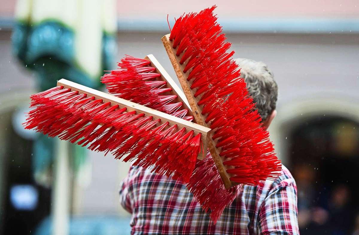 In Birkach wird regelmäßig der Besen geschultert. Für einige im Ort ist das samstägliche Saubermachen irgendwie auch Gemeinschaftssache. Foto: dpa/Arno Burgi