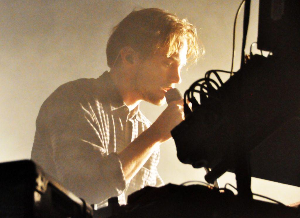 David August entsteigt im Wizemann einer Dampfwolke. Was folgt, ... Foto: Daphne Demetriou