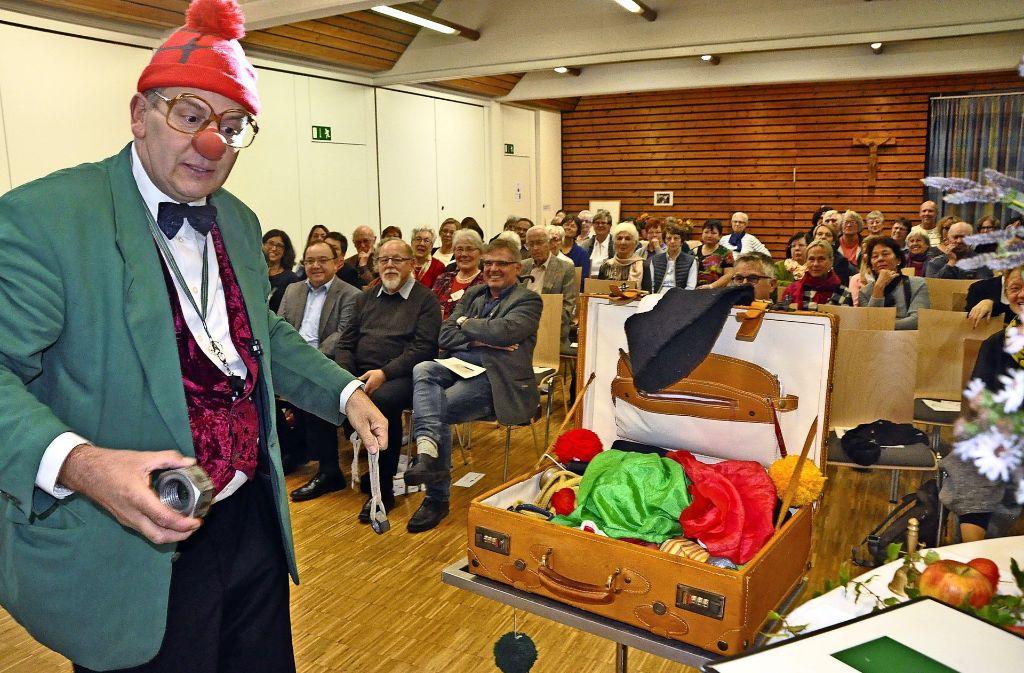 """Ludger Hoffkamp ist Theologe aber im Arbeitskreis """"Sterben und Leben"""" zieht er sich immer wieder das Clownskostüm an unterhält die Patienten und deren Angehörige. Foto: Georg Linsenmann"""