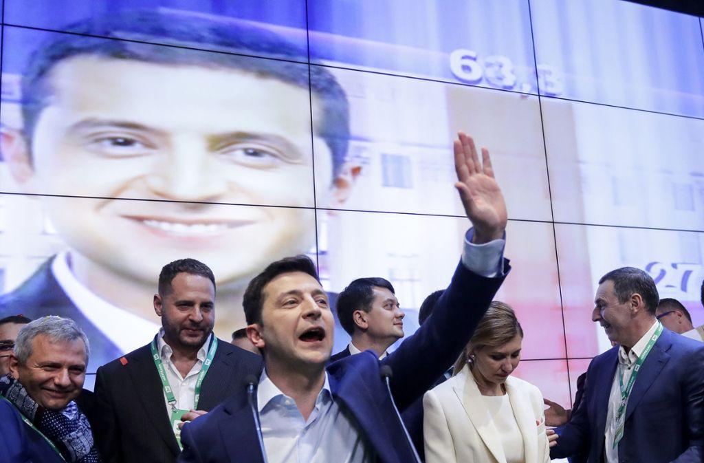 In der Stichwahl um das Präsidentenamt in der Ukraine gewinnt Wladimir Selenski haushoch gegen den bisherigem Amtsinhaber Petro Poroschenko. Foto: AP