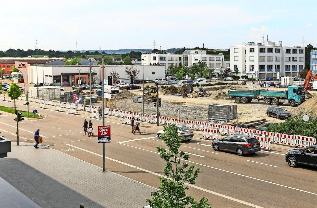 Auf dem Gelände in der Römerstraße, das jetzt noch wie Brachland aussieht, werden schon bald die Bagger anrollen. Foto: factum/Granville