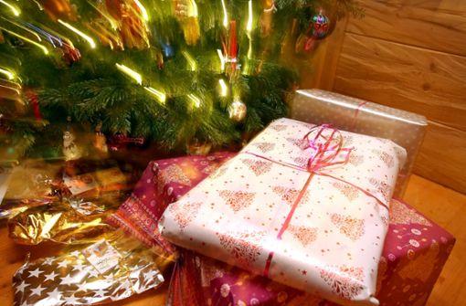 Schneiende Weihnachtsbäume und Christbaumkugeln für den Hipsterbart
