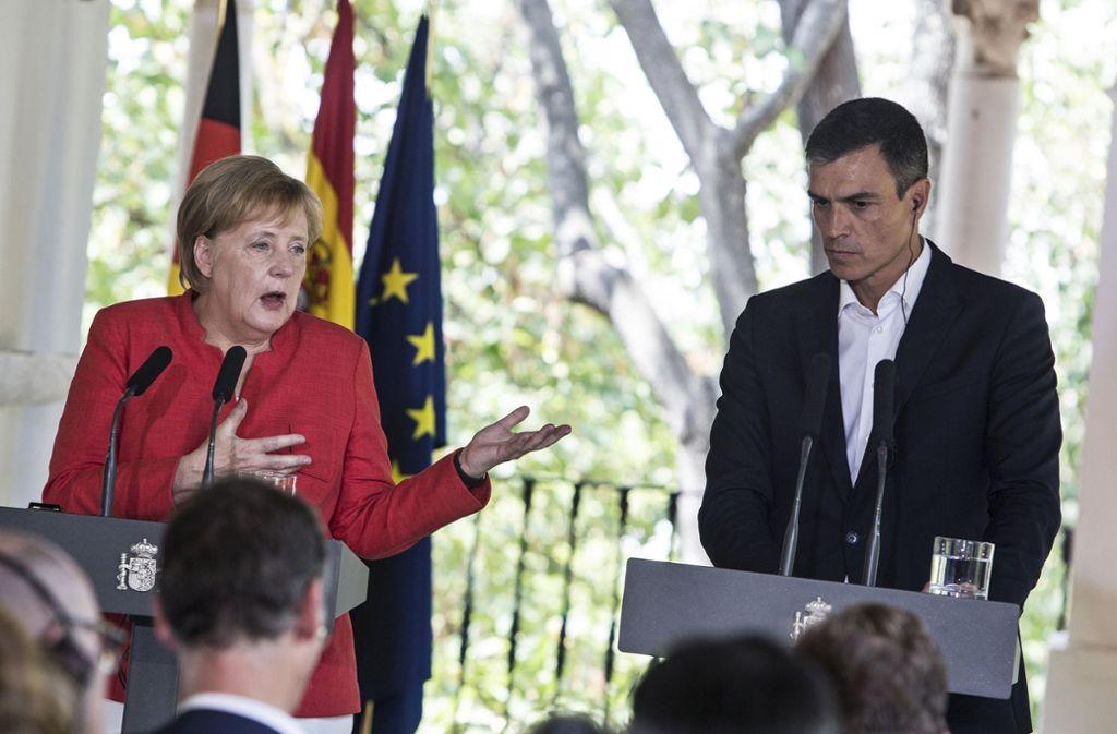 Bundeskanzlerin Angela Merkel und Pedro Sanchez, Ministerpräsident von Spanien, bei einer Pressekonferenz nach ihrem Treffen. Foto: AP